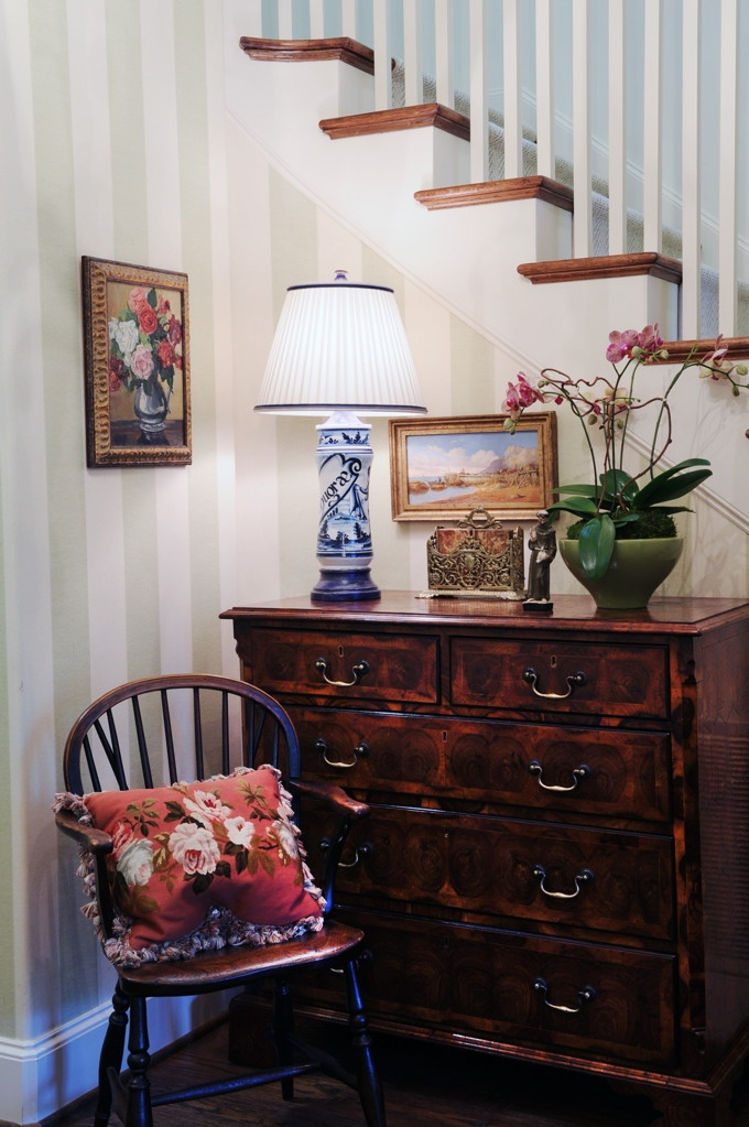 .: Decor Ideas, Design Ideas, Chairs, Dreams House, Dallas Interiors, Details Www Pamkelley Com, Blue And White Lamps, Homes, Entry Vignette