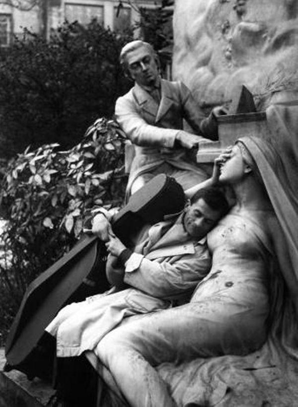 Robert Doisneau - Maurice Baquet et la muse de pierre, Paris, 1959