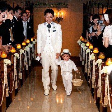 結婚式場写真「いよいよ入場!可愛いリングボーイの登場にゲストもみんな笑顔に」 【みんなのウェディング】