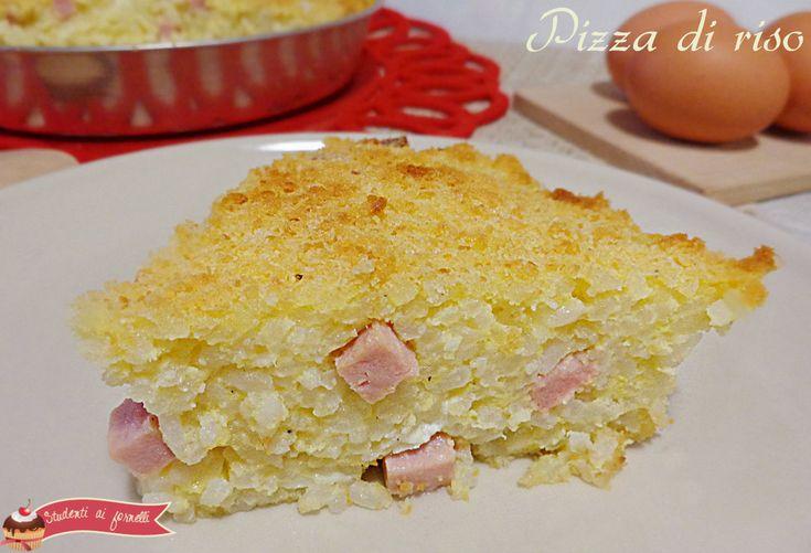 La pizza di riso o frittata di riso con prosciutto e mozzarella è un'alternativa al classico primo piatto da servire anche tiepida a parenti ed amici.