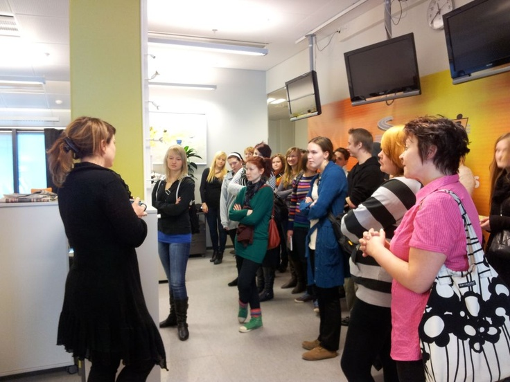 Toimitukseen tuli opiskelijaryhmä. @RiikaRaitio'lta kysellään vaatteista. Multa ei kysytä mitään. 2.4.2012