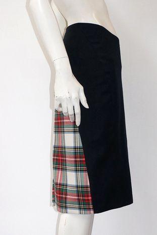 Rok met tartan achter panel designed by Brown Clothes - deze koker rok is gemaakt van 100% wool.Het heeft een tartan panel achter en sluit met een blinde rits midden achter. Het is volledig gevoerd.