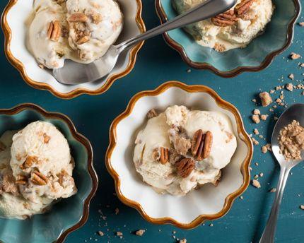 Sans machine et plus facile à faire que vous ne le pensez, la crème glacée maison devrait définitivement se retrouver sur votre liste de recettes à essayer. Aromatisée à l'érable puis garnie