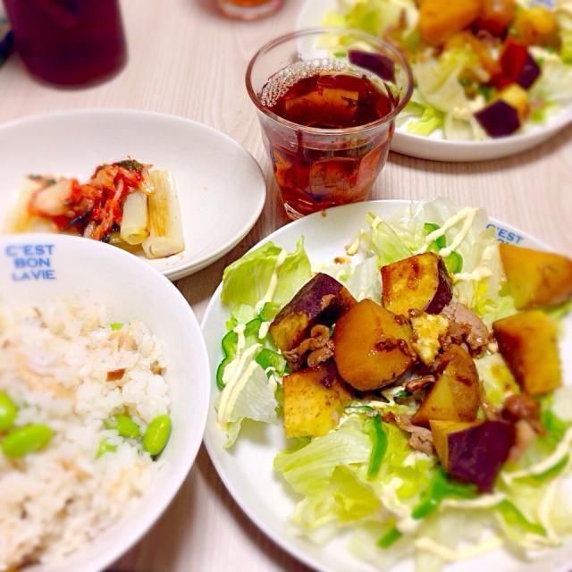 野菜メインのリクエストあり、こんなメニュー(^◇^;)  じっくりオリーブオイルで焼いた長ネギは、超甘くて美味!!  サラダには、さつまいも・ジャガイモと豚小間肉の甘辛煮をのせて♪ - 7件のもぐもぐ - 焼き長ネギのキムチのせ、塩鯖と枝豆混ぜご飯、Wおいもと豚肉サラダ by riesuzuki1sjN