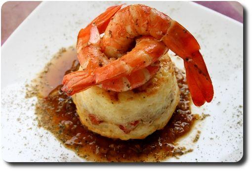 Mini-gâteaux de pomme de terre aux gambas marinées dréssés