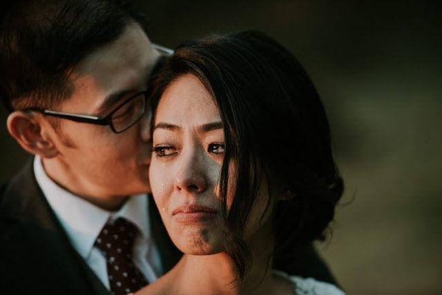 Foto pasangan yang baru menikah terlibat dalam momen intim, telah menjadi virus. (Foto: Facebook / James Day Fotografi)   Foto pengantin p...