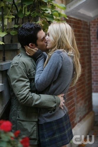 """Victor, Victrola"" --Pictured (L-R) Penn Badgley as Dan and Blake Lively as Serena star in GOSSIP GIRL on The CW.  Photo Patrick Harbron/The CW © 2007 The CW Network, LLC.  All Rights Reserved"