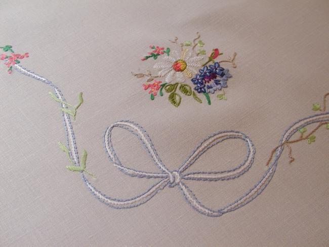 Très romantique nappe brodée à la main d'un sompteux bouquet de fleurs