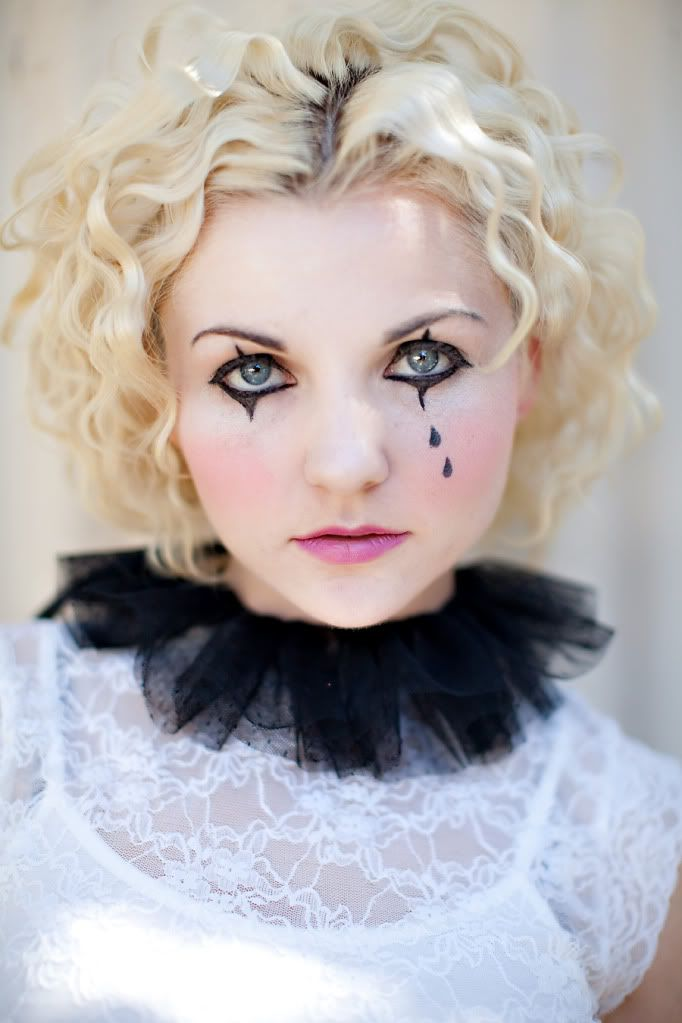 mime.  love the collar.  love the teardrops.  for my circus party costume?