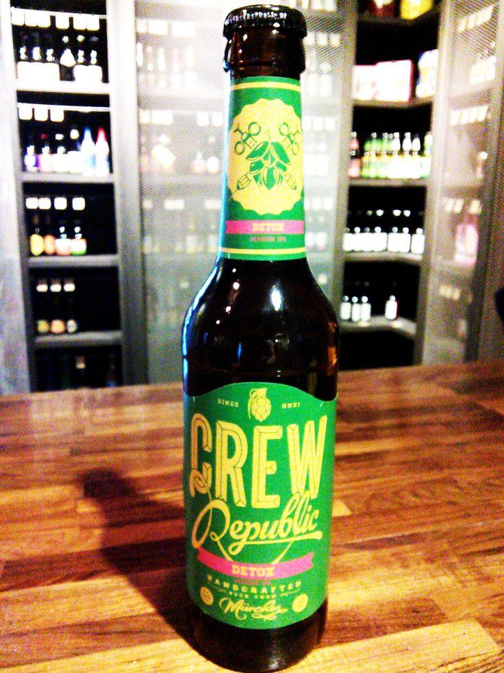 :: Beer Bee 啤酒瘋 :: 酷啤共和國德式IPA   CREW Republic Detox  清淡的酒體,氣味除了麥禾和優雅的啤酒花香氣,更帶著些許的茶葉清香,入喉後有著一絲輕微的苦味。較低的酒精濃度及爽口的口感,讓Detox在飲用時較無負擔,也讓原本就不中的苦味不會長時間停留在口中。