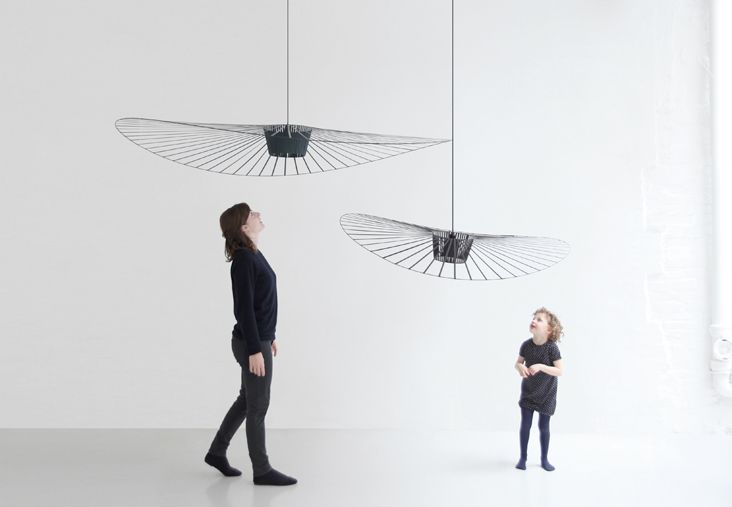 """Vertigo Lamp / Constance Guisset Dessinée par la créatrice française Constance Guisset, """"Vertigo"""" est une lampe-cabane enveloppante qui suggère un espace d'intimité. Allumée, elle projette un motif ombré sur les murs environnants. Son extrême légèreté (moins de 500g pour une surface déployée de 2m²) la rend mobile au rythme des courants d'air: elle tourne doucement en dessinant un espace graphique presque transparent, comme suspendu entre le sol et le plafond."""