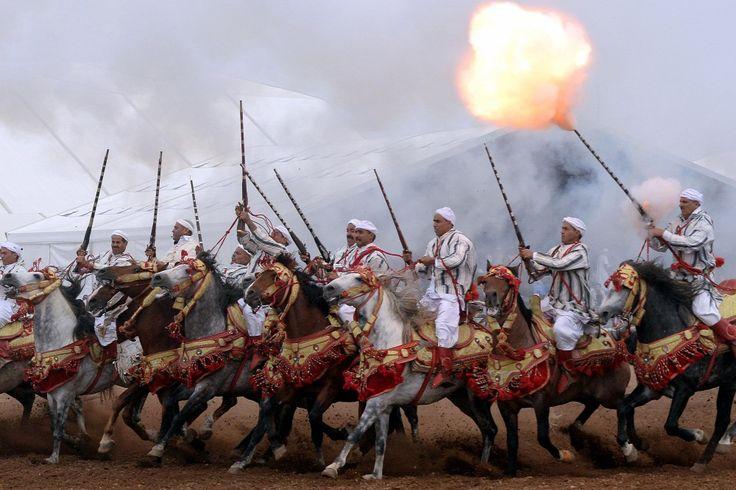 Marokkói lovasok bemutatója a Salon du Cheval fesztiválon El Jadida városban.