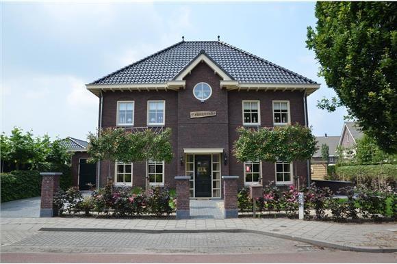 """Op mooie hoeklocatie aan de rand van de populaire nieuwbouwwijk """"Schoneveld"""" gelegen volledig ONDERKELDERD statige NOTARISWONING in jaren '30 stijl met GARAGE en fraai aangelegde tuin rondom. Deze riante woning heeft een inhoud van maar liefst 1.53..."""