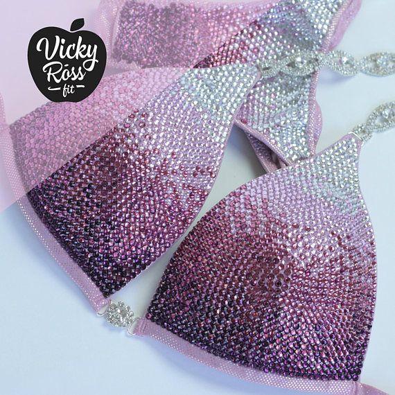 Ombre Deluxe NPC Bikini Anzug mit Push Up | Vicky Ross Fit IFBB Posing Bikinianzüge | Zweiteiliger Bikini für den Wettkampf | Brasilianische sScrunch   – Dessous