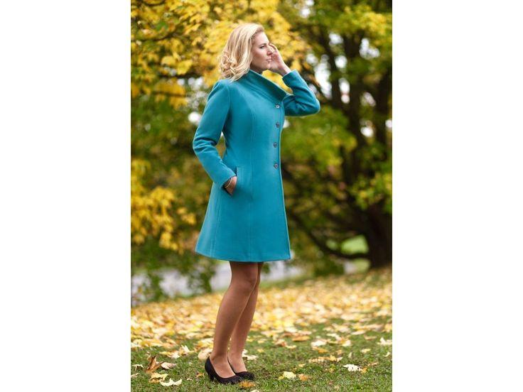 Vlněný kabát s kašmírem s šikmým zapínáním elegantní vlněný kabát s podílem kašmíru barva tyrkysová rovnější střih s rozšířenou spodní částí šikmé zapínaní s vyšším límcem možné objednat v 9 různých barvách