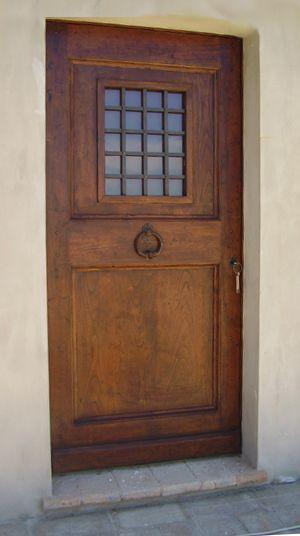 Riproduzione di un portone antico del '700 realizzato in castagno stagionato invecchiato, con grata e sportellino apribile