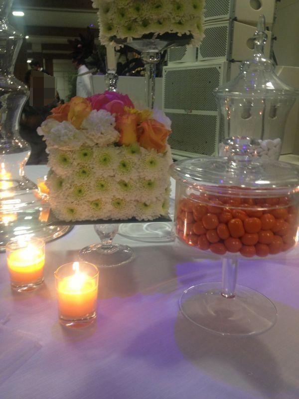 Confettata con addobbi floreali e candele