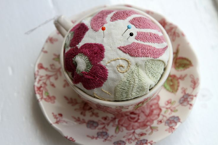 Pincushion in a tea cup. / Teekuppi neulatyynyksi. willatar.fi * www.facebook.com/willatar