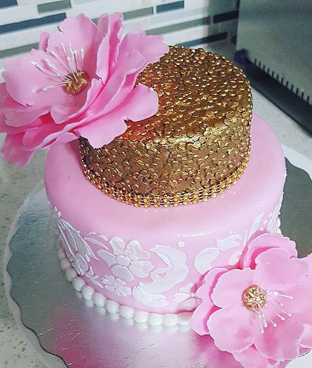 Pretty in #pink for #valentinesday   Cake by @confectionerydreamcakes  @_virginice fondant   #cake #love #prettyinpink #sparkles #glitter #flower