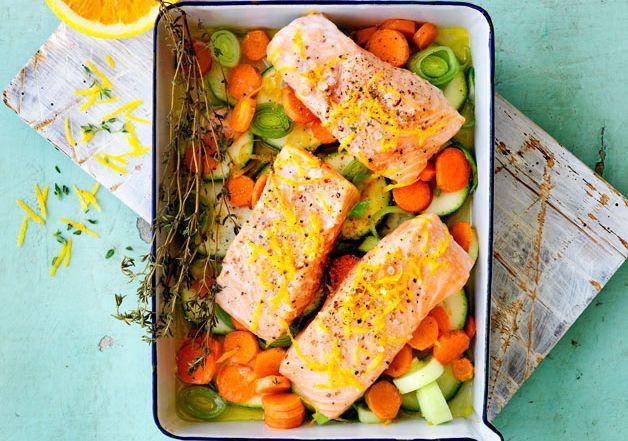 Laks i ovn i en fei! Fyll en form med gulrot, squash og purre, hell over appelsinsaus, legg på laksen og stek i ovn i cirka 15 minutt.