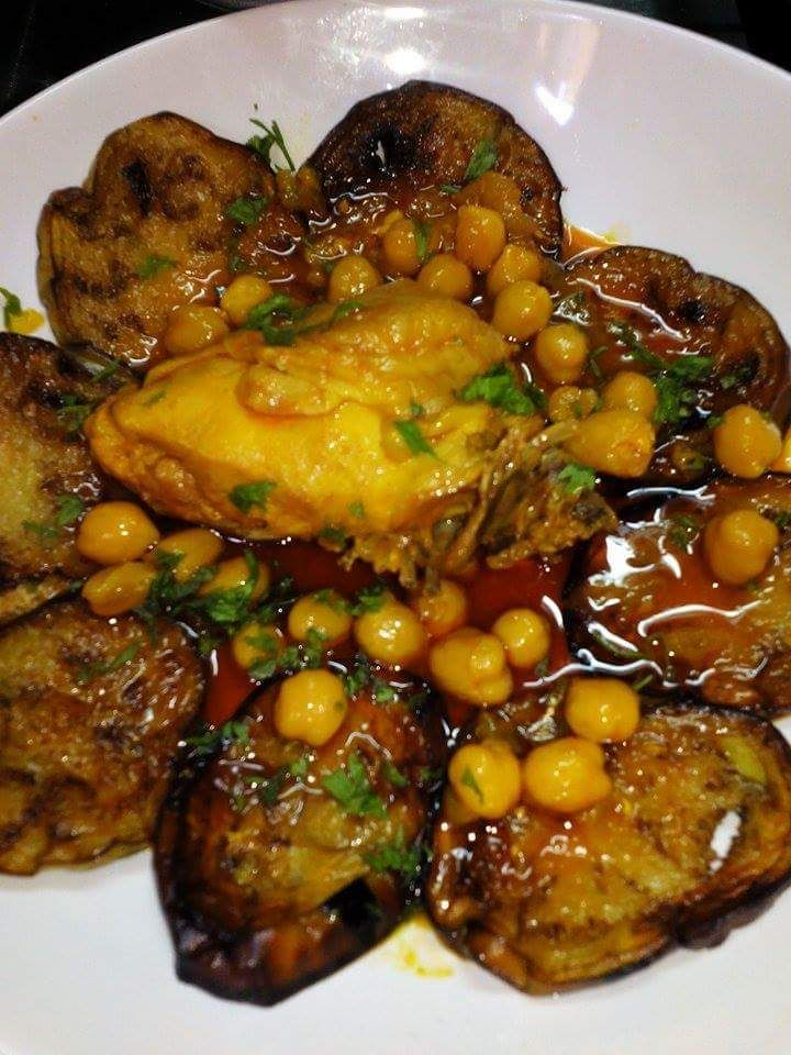 Braniya (ragoût d'aubergines au poulet en sauce rouge)