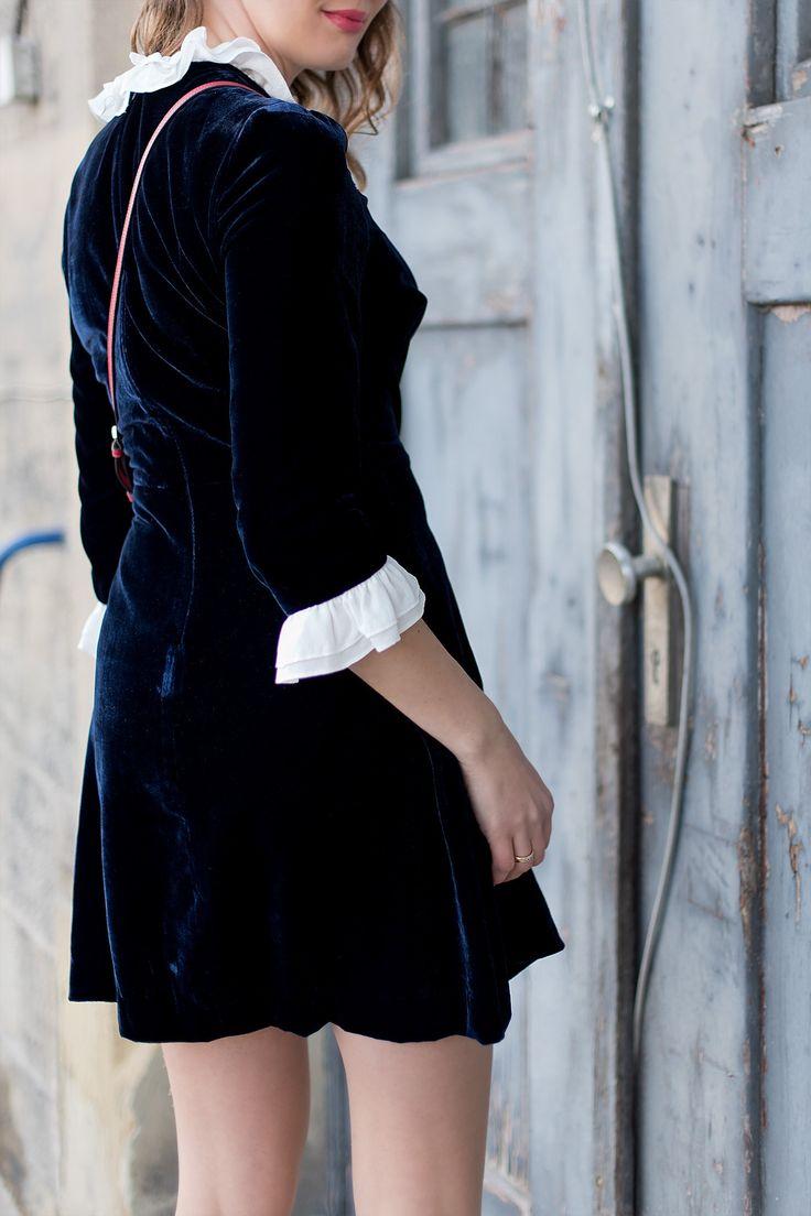 Outfit: Night Blue Velvet Dress | www.moodforstyle.de - Fashion, Food, Beauty & Lifestyle | Outfitinspiration mit einem dunkelblauen Seidenkleid, schwarzen Booties, einer roten Handtasche und einer mit Perlen bestickten Baskenmütze