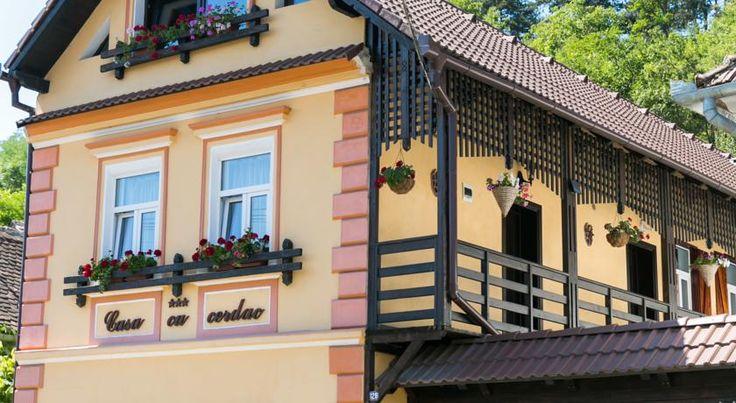 Notice: JavaScript is required for this content. Situat în Sighișoara, la 700m de cetate, Casa cu Cerdac oferă o grădină, terasă, facilități de grătar, o plimbare cu bicicleta și acces Wi-Fi gratuit.