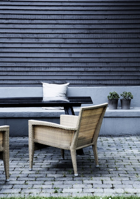 Built-in concrete bench + black wood wall