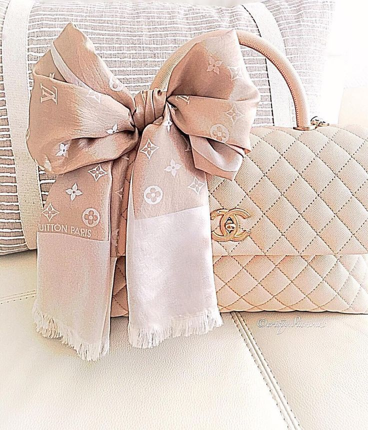 #Chanel #Coco Grained Calfskin Flap Bag with Lizard Handle A92991 White