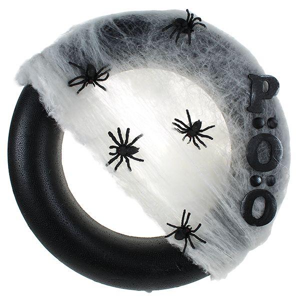 Styroxkranssi on maalattu mustaksi PlusColor-askartelumaaleilla ja koristeltu hämähäkinseitillä, hämähäkeillä ja mustaksi maalatuilla puukirjaimilla.
