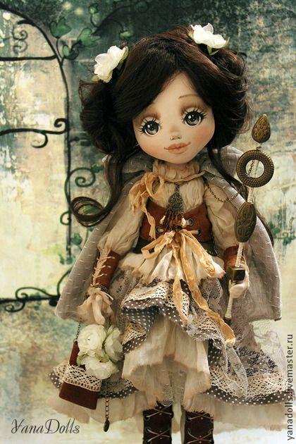 Майя. Майя, лесная принцесса) Текстильная куколка,рост 46 см.  Ручки гнутся, голова наклоняется. Волосы можно заплетать и расчесывать. Одета в многослойный наряд из хлопка, батиста, кружева, сетки и марлевки.