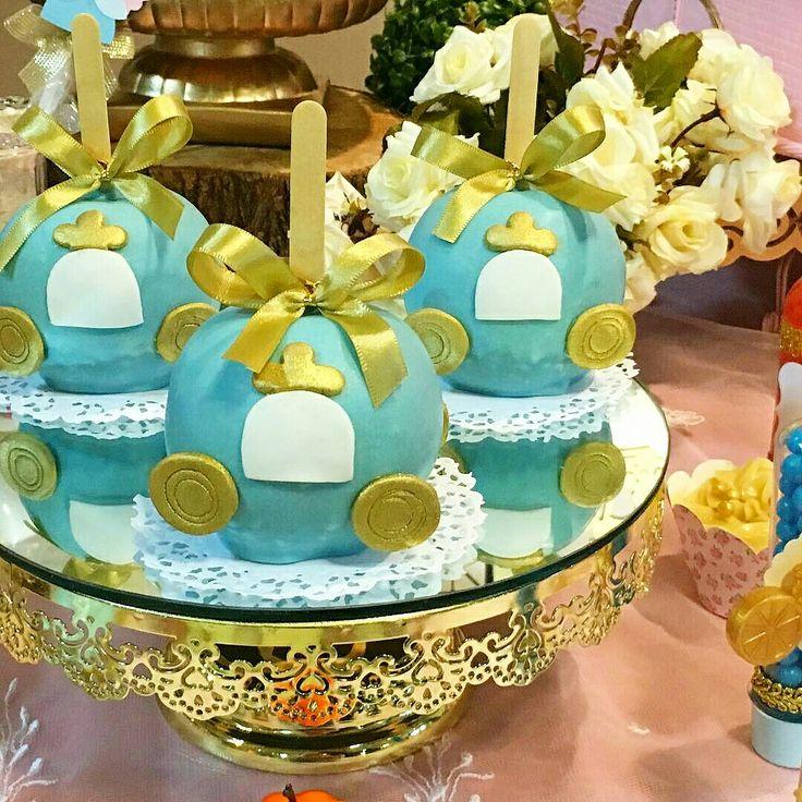 Nem parece #maçã do amor  essa linda #Carruagem da #Cinderela... Mesa decorada pela #Marciacolonese em festa realizada no #Buffetminiland #Minilandbuffet