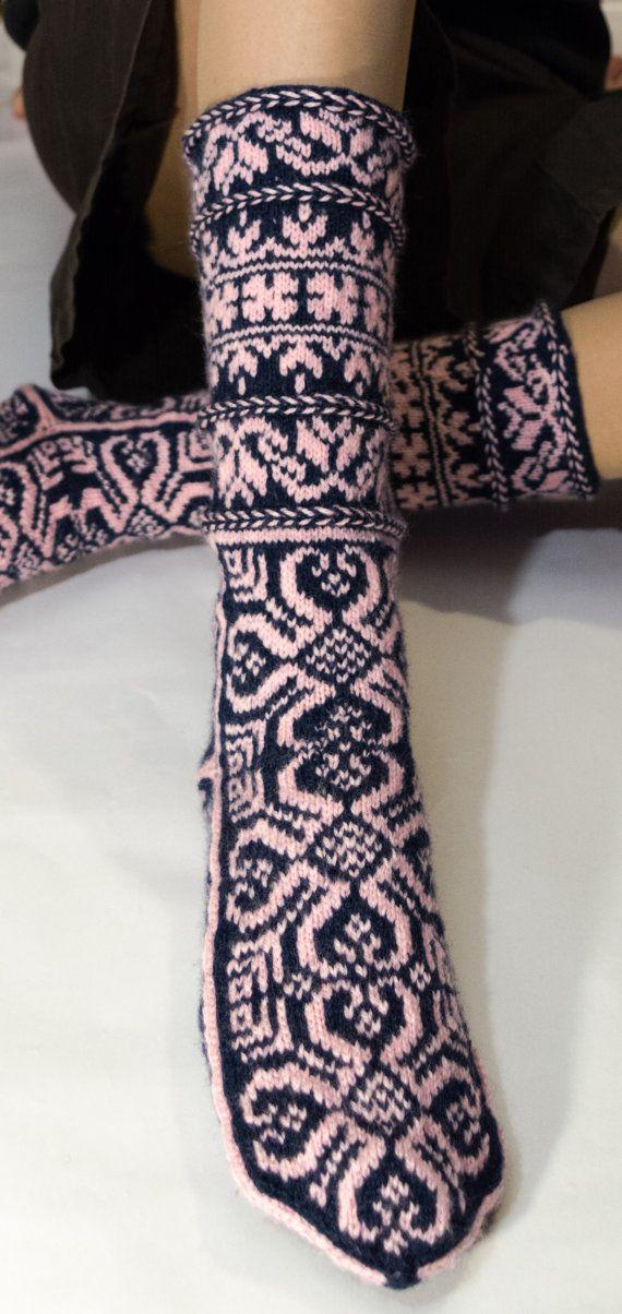 Представляю вашему вниманию чудные теплые носки, или джурабы с жаккардовым рисунком.  При вязании использовался метод вязания джурабов - от мыска.  Носки изготовлены из сочетания материалов - 100% шерсть, 100% акрил. Такой состав придает изделию некоторую универсальность - шерсть греет, а акрил делает вещь мягче, ярче и прочнее.  Темно-синяя пряжа - 100% шерсть Розовая пряжа - 100% акрил  Размеры:  Длина стопы: 26 см Ширина стопы: 12 см Длина голенища: 28.5 см Ширина голенища (в самом узком…
