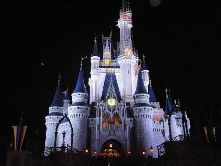 O castelo, à noite, muda de cor na Magic Kingdom!