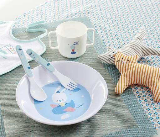 assiettes tasses anses couverts d couvrez la gamme pommette pour le repas de votre b b. Black Bedroom Furniture Sets. Home Design Ideas