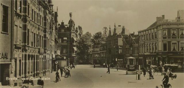 Het van Coothplein in 1947. Rechts een winkel van C. Jamin op de hoek met de Nieuwe Ginnekenstraat.