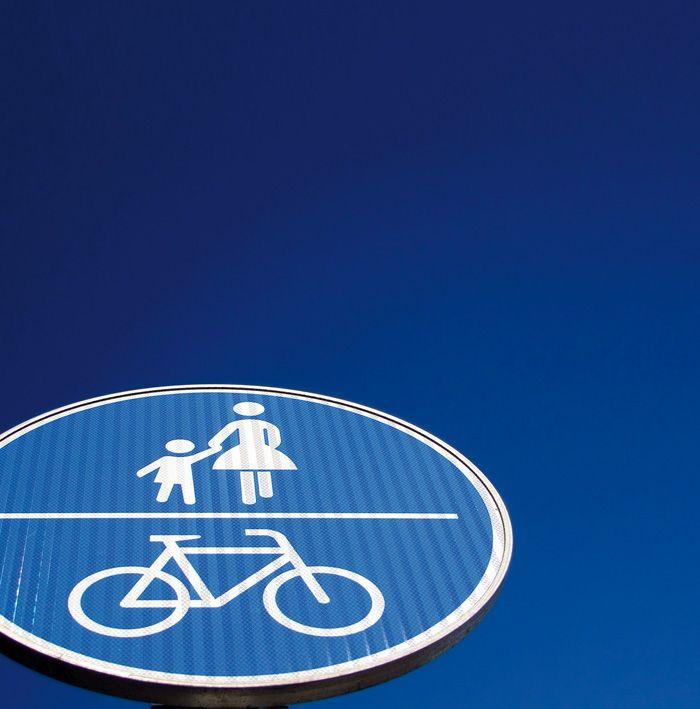 CityLife è la più grande area pedonale di Milano e una delle maggiori in Europa. Nel verde, da percorre a piedi o in bicicletta, senza auto. In superficie, oltre ai percorsi pedonali, si snoda la nuova pista ciclabile che collega il Monte Stella al centro della città, uno dei Raggi Verdi che ridefiniscono la mobilità cittadina su due ruote.