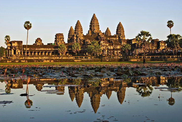 КАМБОДЖА. Храм Ангкор Ват. Храм Ангкор Ват может встретить Вас бесконечным рядом танцовщиц, постановками сюжетов борьбы добра со злом, а также сценами наказаний грешников в другом мире. Вот только это на самом деле неповторимой красоты украшения на стенах храма. Рассматривая их, вы ощущаете атмосферу таинственности и мистики. Возможно, побывав там, вы бы никогда не захотели покинуть это место. Тропические растения почти полностью поглотили храм