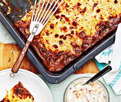 En klassiker i svensk husmanskost som lagas smidigt och enkelt i ugnen med knaprig bacon. Serveras tillsammans med en frisk äppelröra med ett sting av cayennepeppar. Och så gärna lingonsylt till, som sig bör!