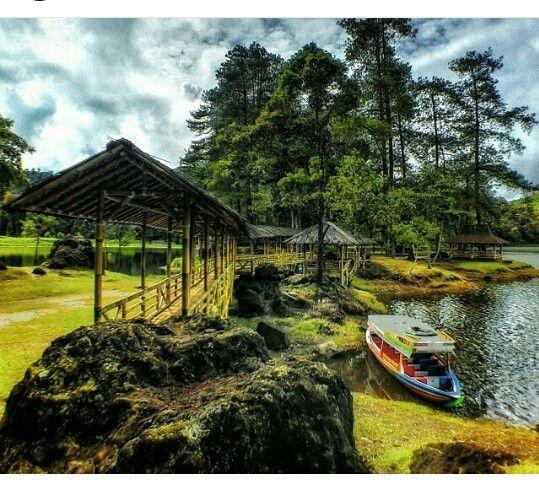 Tempat wisata paling populer di kawasan ciwidey Bandung selatan. Cukup wisata 1 hari di Bandung. Anda bisa mengunjungi tempat wisata kawah putih, kebun teh, situ patenggang, yang merupakan lokasi tempat shoting film 'my heart'. Wajib kunjungi, jangan sampai ketinggalan moment serunya tempat wisata di Bandung.