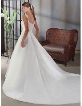 schilichte preiswerte Brautkleider mit langer Schleppe