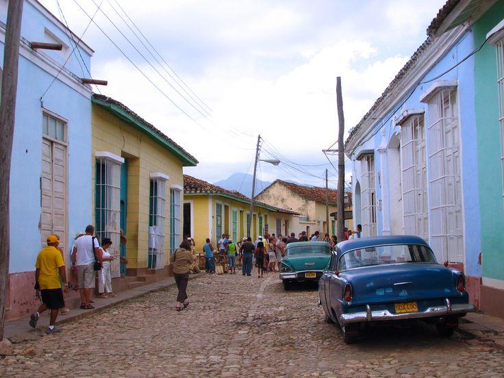 Carros viejos en las calles adoquinadas de Trinidad, Santi Spiritus / Vintage cars in Trinidad cobblestone streets | by lezumbalaberenjena