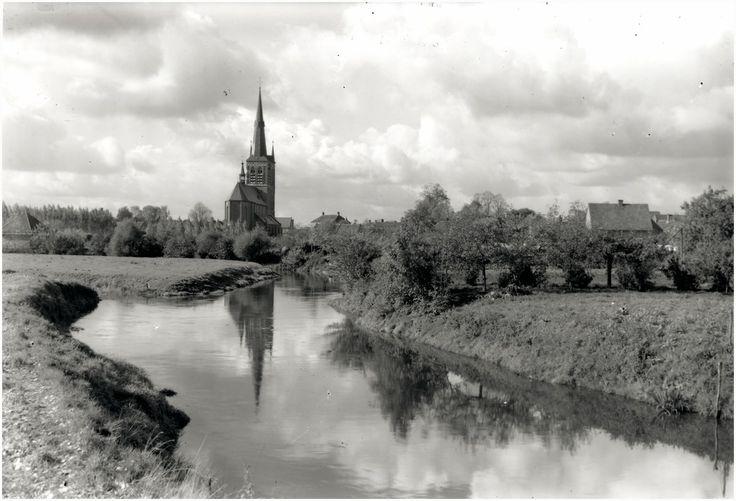 De Dommel gezien in de richting van R.K. Kerk St. Petrus Banden te Son  Kerkhof, Andries Wilhelmus van de (fotograaf)