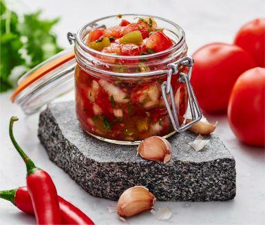 Fermenterad tomatsalsa med smak av chili är ett perfekt inslag på tacobordet – tänk på att göra den några dagar i förväg bara! Hackad koriander sätter sista touchen och vänds ner strax före servering.
