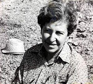 Azra Erhat Doğum 4 Haziran 1915/Şişli/İstanbul Ölümü 6 Eylül 1982/İstanbul Meslek Deneme ve inceleme yazarı, çevirmen, arkeolog, filolog