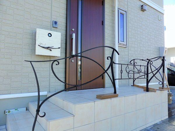 ロートアイアンの手すり。 | アロウズガーデンデザインブログ 玄関ポーチの形状に合わせL型で製作し、表札も一体型に。