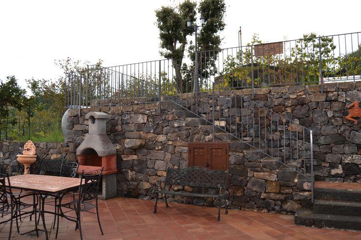 Esterno Casa dei Torchi, area attrezzata. Agriturismo DolcEtna