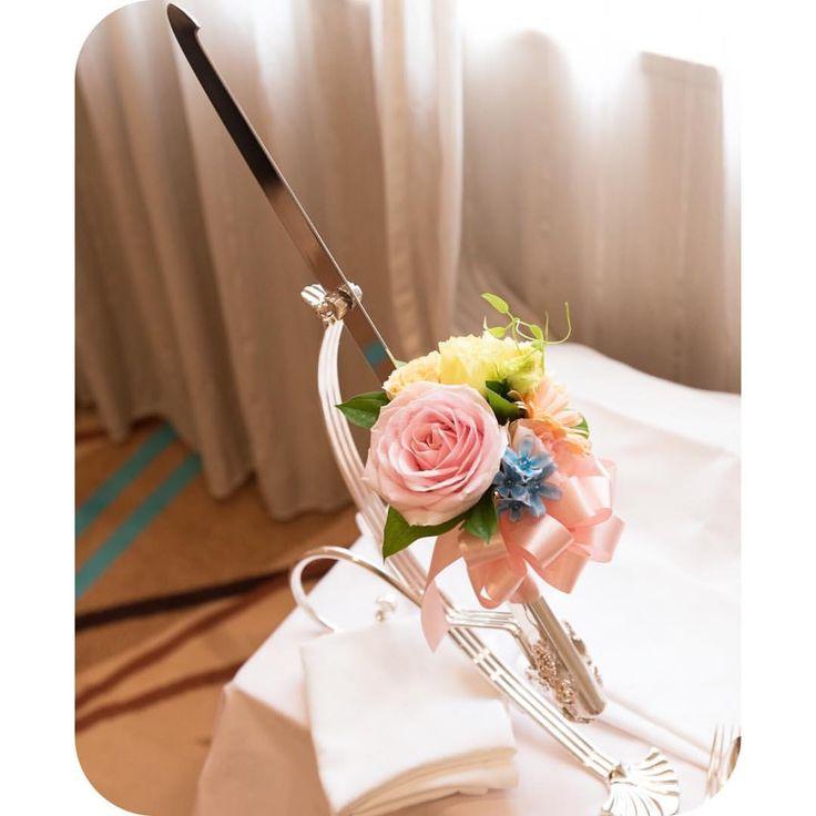 ♡ケーキナイフ♡ お願いするか最後まで悩んだナイフ装花…✨ 写真を見ると頼んでよかった-⁽⁽٩(๑˃̶͈̀ ᗨ ˂̶͈́)۶⁾⁾ ケーキ周りのお花とおそろいです #パーフェクトウェディング  #最高の結婚式  ✩ #yurikenwd ✩ #happy #wedding #bridal #結婚式 #プレママ #卒花 #卒花嫁 #ウェディング #ブライダル #プレ花嫁 #生花 #カラフル #日本中のプレ花嫁さんと繋がりたい #2016冬婚 #2017春婚 #2017夏婚 #2017秋婚 #ケーキ入刀 #ナイフ装花 #装花 #ケーキナイフ #instagood #instadaily #ウェディングケーキ