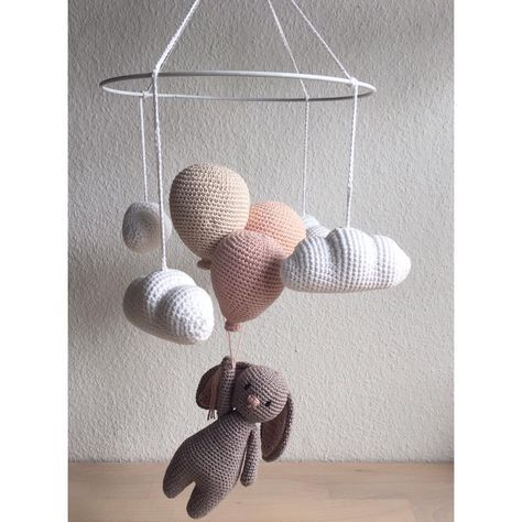 """Hæklet uro med kanin i eget design - 245 synes godt om, 29 kommentarer – @mormorshaekleliv på Instagram: """"En uro til lille I ❤️ #hækle #hæklet #hækling #crochet #crocheting #crochetaddict #virka #virkning…"""""""