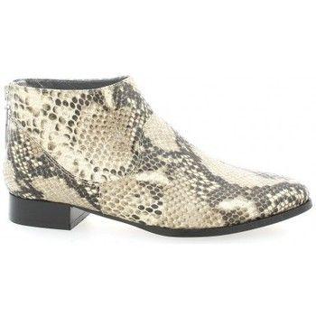 <p>Boots de la marque Ambiance proposées en cuir façon python, dotées d'une fermeture arrière</p> <p>Chaussures confortables, au look branché pour une boots au style affirmé.</p> Fabrication: Italienne. Chaussant : Normal - Couleur : Naturel - Chaussures Femme 104,30 €